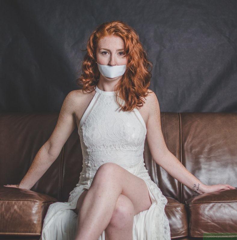 девушка с завязанным ртом