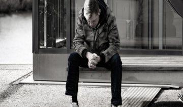 грустный парень