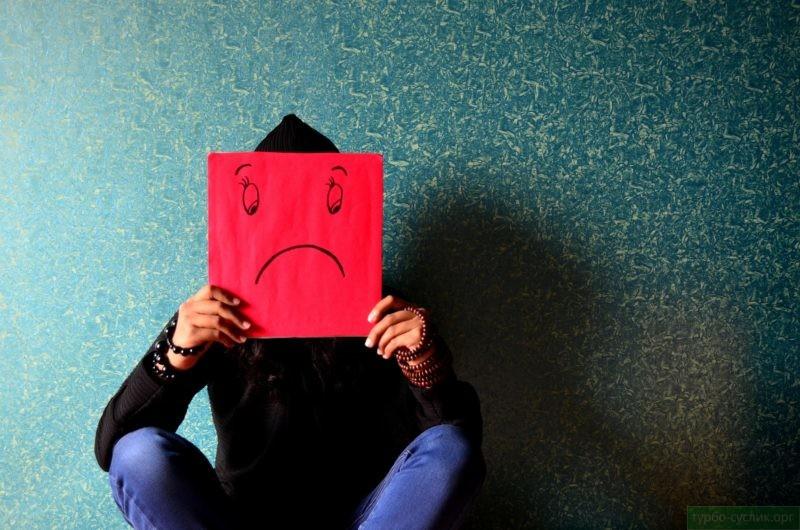 грустный смайл на лице