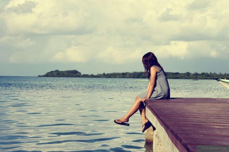 одинокая девушка на берегу