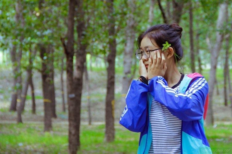 застенчивая азиатка