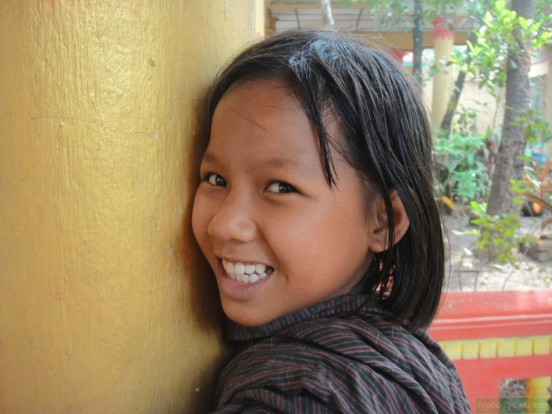 застенчивая азиатская девочка