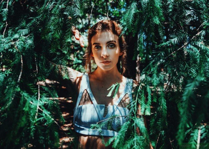 застенчивая девушка в лесу