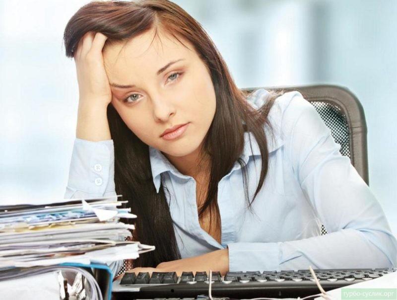 девушка устала от работы